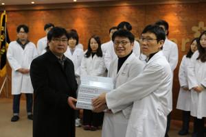 2016년 1월 26일, 바이오스타 기술연구원에서 작성한 바스코스템 식약처 보완자료를 반은종 알바이오 대표이사(사진 좌측)에게 전달하고 있다.